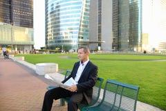 Gladden мужская газета чтения менеджера снаружи внутри Стоковое фото RF