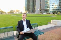 Gladden мужская газета чтения менеджера снаружи внутри Стоковое Изображение