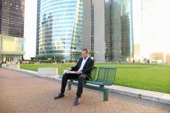 Gladden мужская газета чтения менеджера снаружи внутри Стоковые Фото