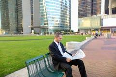 Gladden мужская газета чтения менеджера снаружи внутри Стоковая Фотография