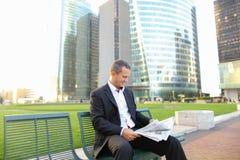Gladden мужская газета чтения менеджера снаружи внутри Стоковое Фото