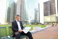 Gladden мужская газета чтения менеджера снаружи внутри Стоковое Изображение RF
