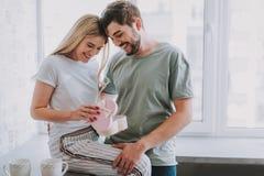 Glade älska par som firar valentin, daterar tillsammans arkivfoto
