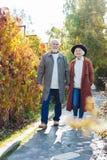 Glade åldriga par som tycker om deras utomhus-, går royaltyfri bild