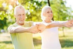 Glade åldriga par som tycker om sportövningar Royaltyfri Foto