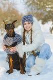 Glade barn som spelar i snö Två lyckliga flickor som har rolig utvändig vinterdag Arkivfoto