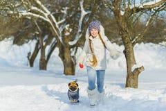 Glade barn som spelar i snö Två lyckliga flickor som har rolig utvändig vinterdag Royaltyfri Foto