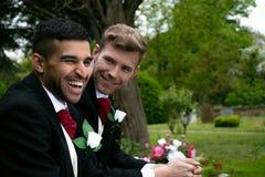 Glade bröllop, brudgummar, par poserar för bilder efter deras bröllopceremoni i kyrkogård royaltyfria bilder