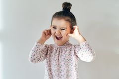 Glade busiga roliga sinnesrörelser på framsidan av barn lite royaltyfria foton
