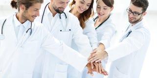 Glade doktorer är stolta av deras teamwork Fotografering för Bildbyråer