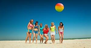 Glade flickor som spelar volleyboll arkivbilder