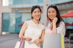 Glade koreanska shoppare Arkivfoton