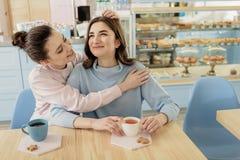 Glade kvinnor som talar i kafé Arkivbilder