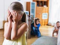 Glade lyckliga barn som döljer från flicka Royaltyfria Foton