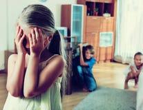 Glade lyckliga barn som döljer från flicka Arkivfoton