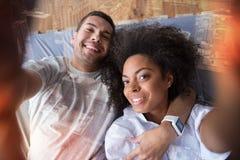 Glade lyckliga par som tar en selfie Royaltyfri Bild