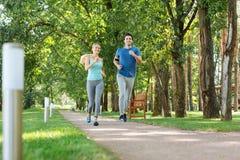 Glade lyckliga ungdomarsom tycker om att jogga för morgon royaltyfria bilder