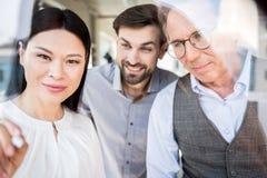 Glade män och kvinna som i regeringsställning vilar royaltyfria foton