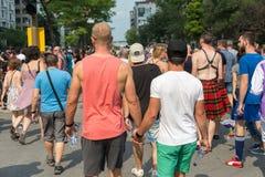 Glade manliga par - två bögar går tillsammans och rymmer t Royaltyfri Foto
