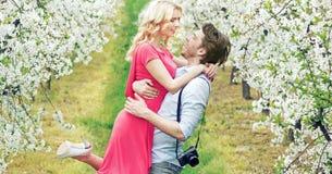 Glade par i den doftande fruktträdgården royaltyfria bilder