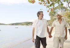 Glade par på semesterinnehavhänder Royaltyfri Fotografi