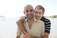 Glade par på semesterinnehavhänder Royaltyfri Bild