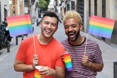 Glade par som ler i en stolthethändelse royaltyfria bilder