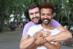 Glade par som utomhus rymmer sig royaltyfri bild