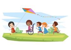 Glade rörelsehindrade barn och sund körning och körd drake utomhus Royaltyfri Fotografi