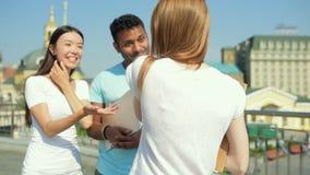 Glade studenter som möter efter grupper stock video