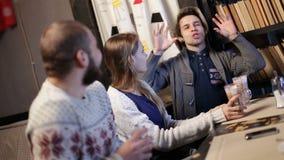 Glade tonårs- vänner som kopplar av i coffee shop lager videofilmer
