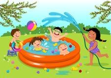 Glade ungar som spelar i uppblåsbar pöl i trädgården stock illustrationer