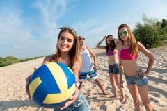 Glade vänner som spelar volleyboll Arkivbilder