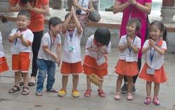 Glade vietnamesiska barn i Hanoi royaltyfri fotografi