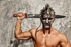 Gladiador con el cuerpo muscular Fotos de archivo libres de regalías