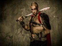 Gladiador ferido que guarda a espada imagens de stock royalty free