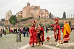 Gladiadores dos atores vestidos nos trajes romanos imagens de stock