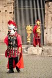 Gladiadores dos atores vestidos nos trajes romanos fotos de stock