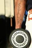 Gladiateur de bras du tatouage SPQR avec l'haltère Photo stock