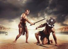 Gladiateurs combattant sur l'arène du Colosseum Photographie stock