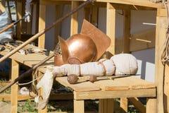 Gladiator κράνος, ξίφος και λόγχη στον ξύλινο πάγκο Στοκ Φωτογραφίες