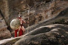 Gladiator με τη λόγχη στους βράχους Στοκ φωτογραφία με δικαίωμα ελεύθερης χρήσης