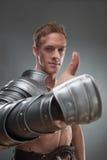 Gladiator i pansar som över pekar på något Royaltyfri Fotografi