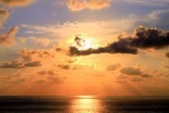 Gladiator Shape Tropical Clouds och solnedgång över den Acapulco fjärden arkivbild