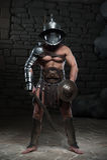 Gladiator w hełma i zbroi mienia kordziku Obrazy Stock