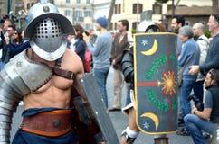 Gladiatorn på historiska forntida romans ståtar Royaltyfria Bilder