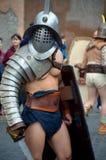 Gladiatorn på historiska forntida romans ståtar Arkivfoton