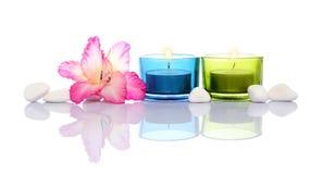 Gladiola, bougies et pierres de fleuve blanc Photographie stock libre de droits