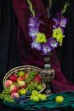 Gladiole und Äpfel lizenzfreies stockfoto