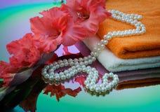 Gladiolen, handdoek en parels Royalty-vrije Stock Afbeelding